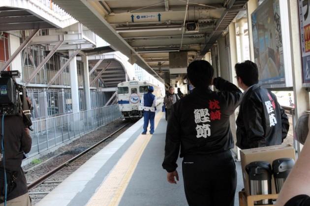 鹿児島中央駅で出発前の出汁列車を待つスタッフ