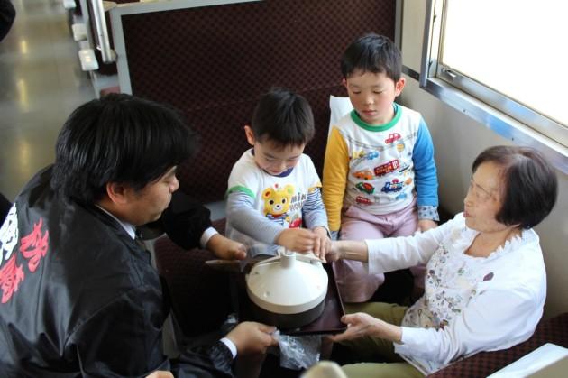 山川駅~枕崎駅の間で移動式鰹節削り器を利用した「即興!削り体験」、削った鰹節はプレゼント