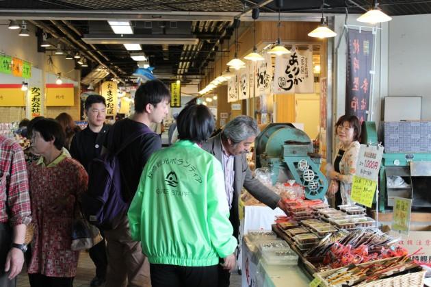 臨時の無料観光バスツアーも開催され、参加者は美術館・焼酎蔵をめぐり最後はお魚センターでお土産購入