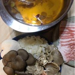 鰹昆布出汁で中華風きのこ鍋1